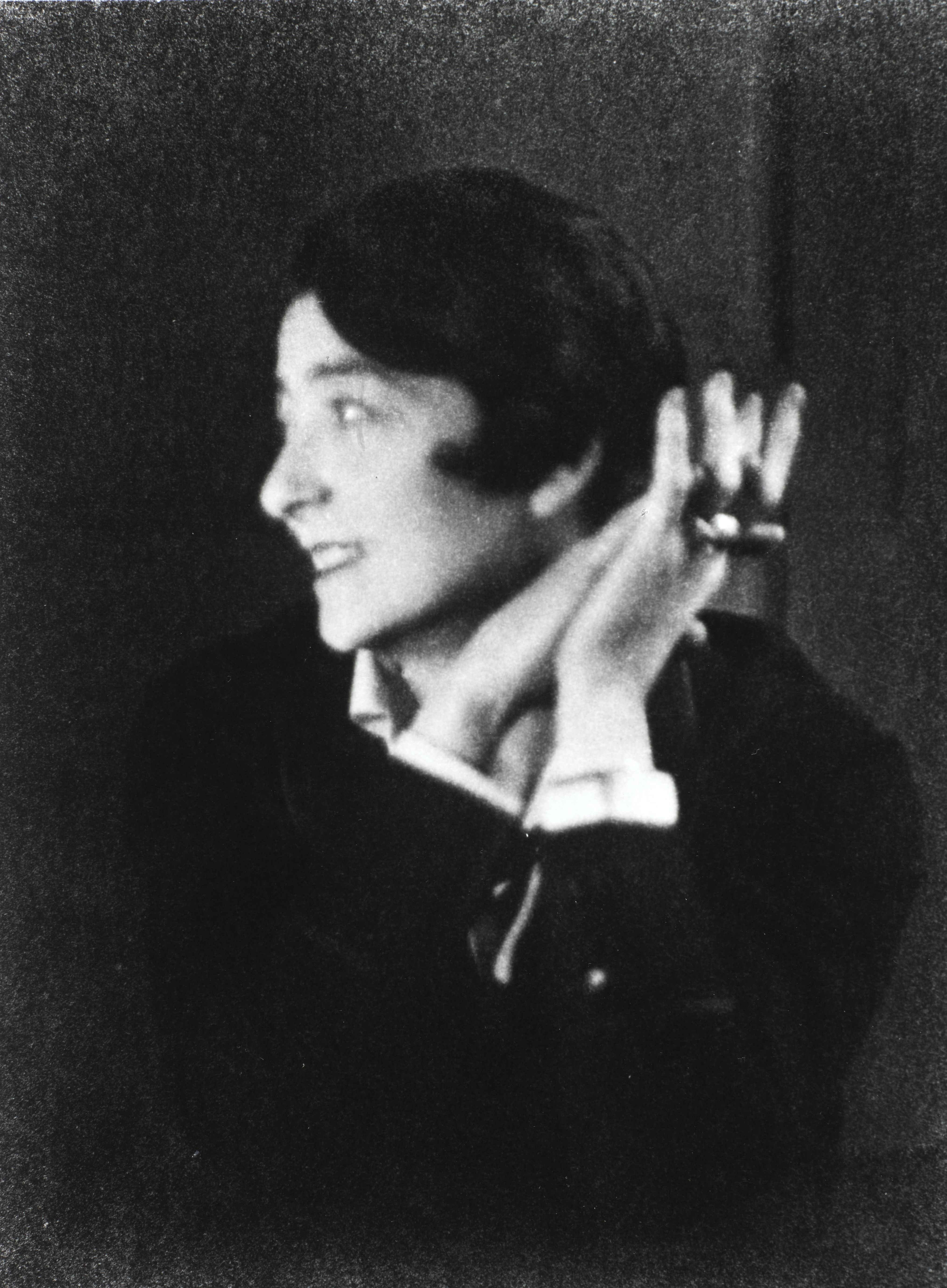 eileen gray Eileen gray (born kathleen eileen moray smith 9 august 1878 – 31 october 1976) was an irish-born french-based architect and furniture designer and a pioneer of the modern movement in architecture.